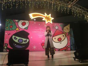 クリスマスマーケットでMCの平野綾菜