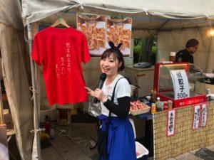九州オータムフェスティバルで出店前でシャツを指指す大石麻美
