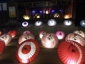 紅葉八幡宮もみじまつりで傘のライトアップ