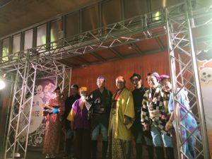 中州まつりステージ上で仮装姿の人達と仮装姿の平野綾菜