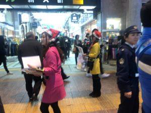 福岡県警察年末の交通安全キャンペーンに参加中のはーとふるメンバー