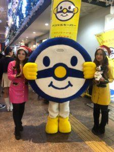 福岡県警察年末の交通安全キャンペーンに参加中のはーとふるメンバーとハンドルキーパーくん