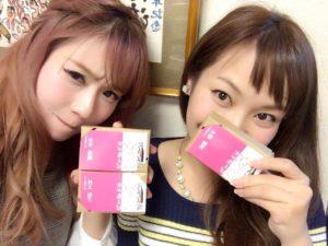 佐賀県女子会推進大使の名刺を持つはーとふるメンバーの舟木美純と平野綾菜