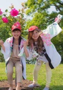 2016粕屋町バラまつりでバラの花の下でのはーとふるメンバー平野綾菜と舟木美純
