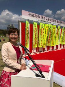 春の交通安全運動で司会中の平野綾菜