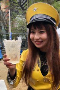 親不孝通り復活祭ではーとふるメンバーの舟木美純が飲み物片手