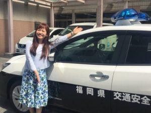 広報啓発サポートカー「青パト」の前の平野綾菜