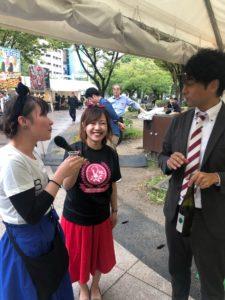 九州オータムフェスティバルインタビュー中のはーとふるメンバー大石麻美と平野綾菜