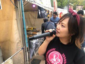 九州オータムフェスティバルでインタビュー中の平野綾菜