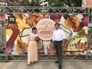 九州オータムフェスティバル2018でパネル前の平野綾菜